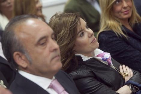 La vicepresidenta del Gobierno, Soraya Sáenz de Santamaría, y Rafael Bados, presidente de la Federación de Comercio de Córdoba. | Rafael Madero