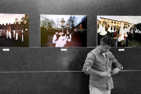 Vega, durante el montaje de la exposición en el Hotel Quindós.   J.L.G.