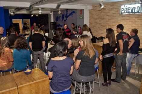 Una actuación, mientras los clientes hacen botellón | Foto: Bernardo Díaz