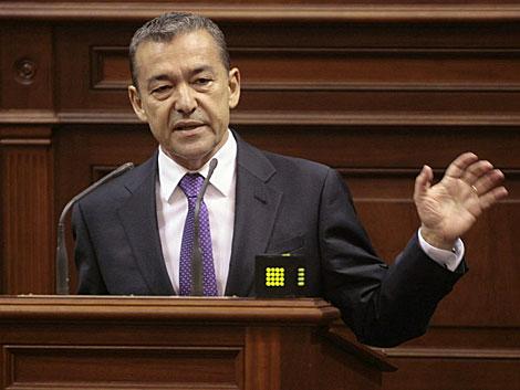 El presidente canario, Paulino Rivero, ayer en el debate en el parlamento regional. | Efe/C. García