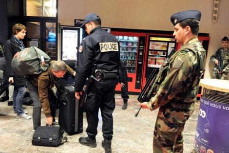 Policías y soldados patrullan conjuntamente como parte del dispositivo. | Efe