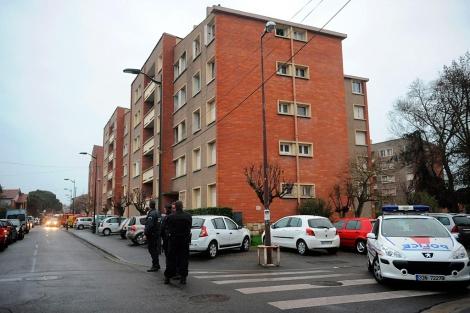 Varios agentes en las inmediaciones de la casa del sospechoso.   AFP