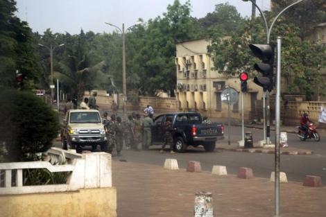 Soldados del Ejército de Malí se reúnen en una calle de Bamako. | AFP