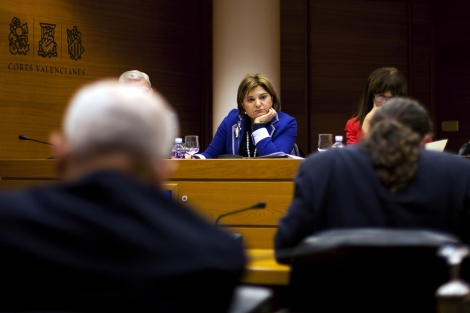 La consellera Isabel Bonig, durante una rueda de prensa en las Cortes. | Efe