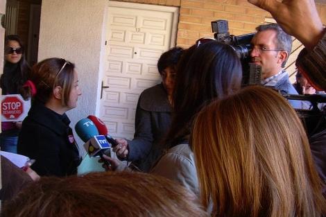 Paralización del desahucio, este jueves, en Torrevieja. | E.M.
