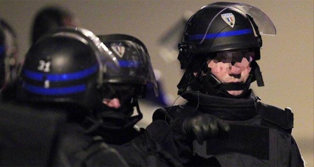 Miembros del dispositivo de seguridad desplegado en el domicilio del sospechoso. | Efe