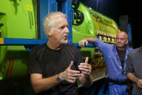 El cineasta James Cameron, junto al sumergible Deepsea Challenger. | Efe