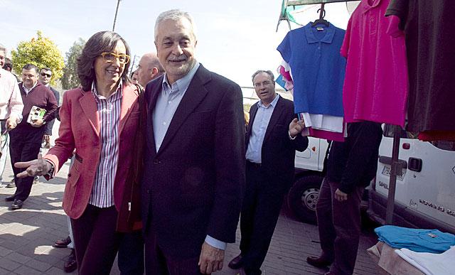 Griñán, en Córdoba, junto a la ex ministra y ex alcaldesa Rosa Aguilar.   Madero Cubero
