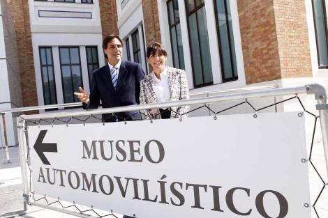 El concejal de Cultura, Damián Caneda junto a la directora del museo. | J. Domínguez