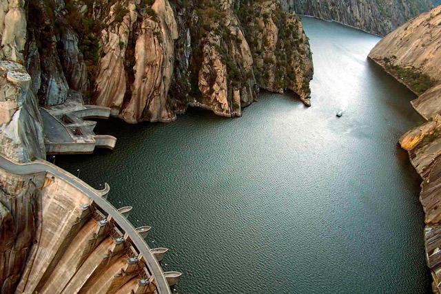 Impresionante panorámica de las Arribes ante la presa de Aldeadávila.