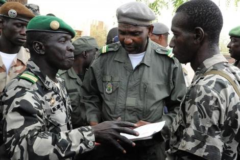 El capitán Sanogo charla con sus seguidores en Bamako. | Afp