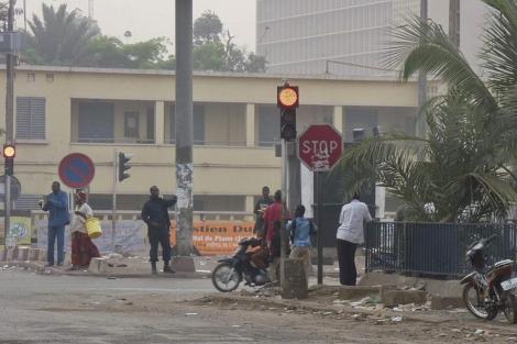 Confusión en una de las calles del centro de Bamako.   Afp