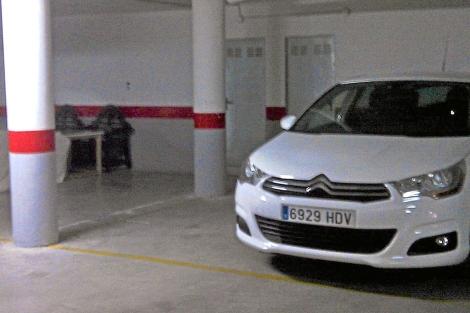 El coche alquilado por Ignacio González en el garaje del ático.