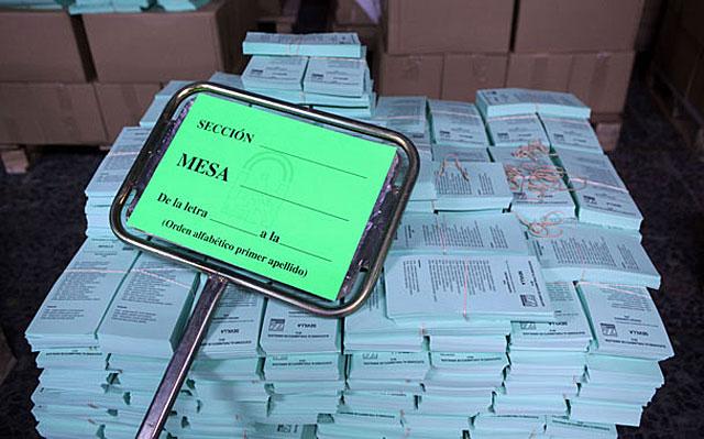 Papeletas electorales preparadas para su distribución en un colegio electoral de Sevilla. | J. Morón