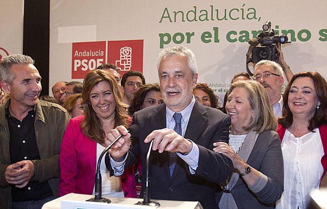 Griñán, rodeado por su equipo compartiendo la euforia de los resultados. | Efe