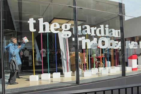 Dos lectores participan en el 'Open Weekend' del diario británico 'The Guardian'.