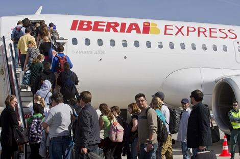 Pasajeros subiéndose a un vuelo de Iberia Express, en el aeropuerto de Madrid. | Gonzalo Arroyo
