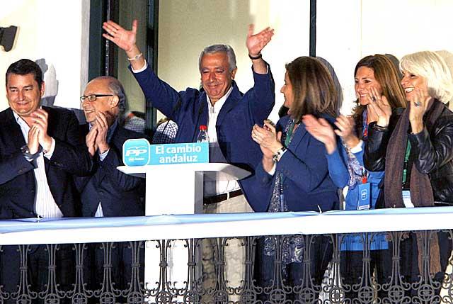 Javier Arenas, con gesto contrariado, en el balcón de la sede regional del PP, en la noche del 25M. | Efe