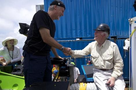 James Cameron (izda.) saluda a Don Walsh, quien llegó al mismo sitio en 1960. | National Geographic