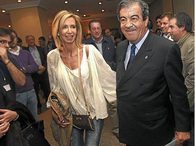 Cascos y su mujer, María Porto, ayer en la sede de Foro en Oviedo. | Cereijido / Efe