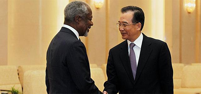 Kofi Annan saluda al 'premier' chino Wen Jiabao. | Afp