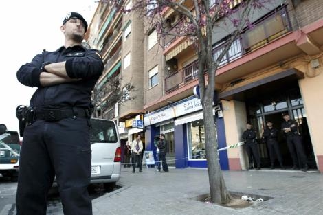 Agentes de la Guardia Civil montan guardia a las puertas del domicilio del presunto terrorista. | Efe
