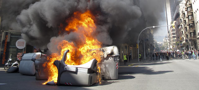 Una decena de contenedores ha ardido en plena calle Balmes. | Jordi Soteras