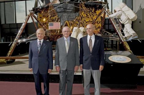 Aldrin, Armstrong y Collins, junto a una maqueta del Apolo 11. | AFP