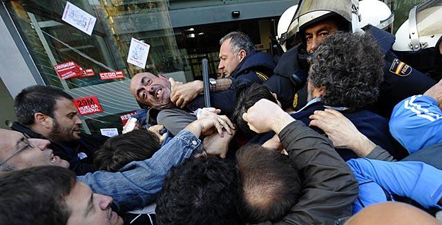 Forcejeo entre piquetes y policías en un edificio del gobierno cántabro en Santander. | Reuters/N. Cubero