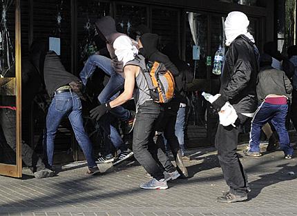 Varios encapuchados asaltan un comercio en Barcelona.   Afp