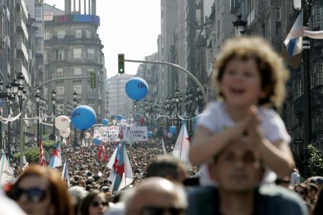 Alrededor de 100.000 personas protestan contra la reforma laboral en Vigo.   Rosa González