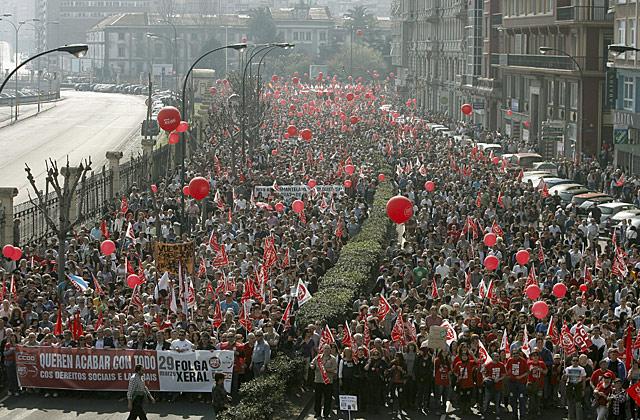 Vista de la manifestación convocada por UGT y CCOO en A Coruña.   Efe