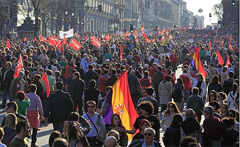 Miles de manifestantes avanzan por la calle de Alcalá. | Efe