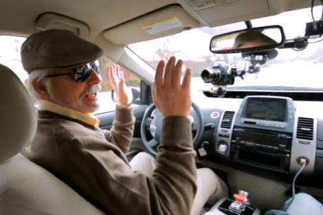 Imagen del coche coche con piloto automático con un invidente al volante