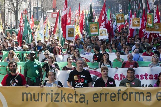 Adolfo Muñoz y Ainhoa Etxaide en la cabeza de la manifestación de Bilbao. | Iñaki Andrés