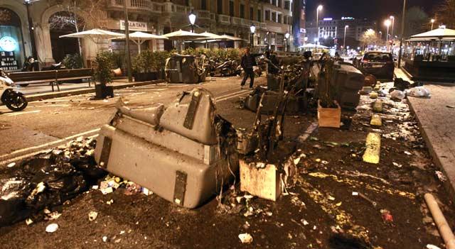 Así quedó Rambla Catalunya al final de los altercados a medianoche. | Domènec Umbert