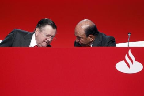 El consejero delegado del Santander, Alfredo Sáenz (izq.), habla con el presidente, Emilio Botín. | David S. Bustamante