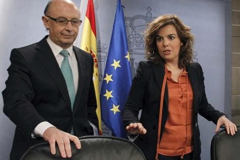 Montoro y Sáenz de Santamaría, al tomar asiento antes de la rueda de prensa. | Efe