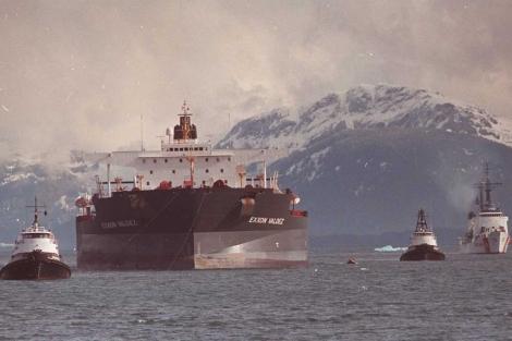 El 'Exxon Valdez', remolcado tras provocar un desastre ecológico en Alaska en 1989. | AP