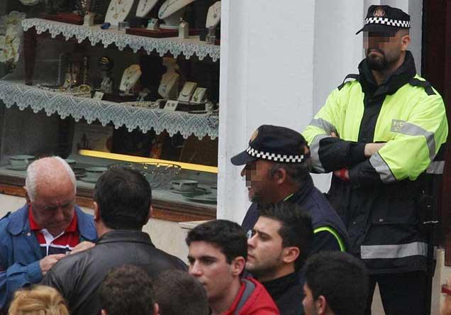 Dos policías locales de La Línea, presentado servicio este sábado. | Francisco Ledesma