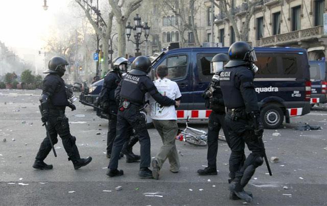 Los Mossos retienen a un hombre en pleno Passeig de Gràcia el 29-M.   Domènec Umbert