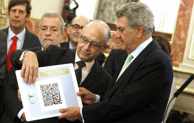Cristóbal Montoro muestra al presidente del Congreso, Jesús Posada, los presupuestos.   Efe
