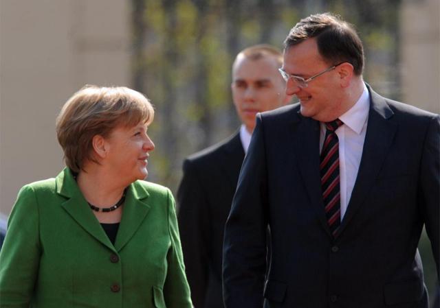 Petr Necas recibe a Angela Merkel.   AFP