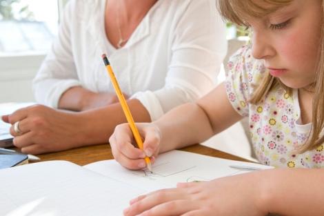 Una niña hace los deberes en casa. | Foto: Gtres