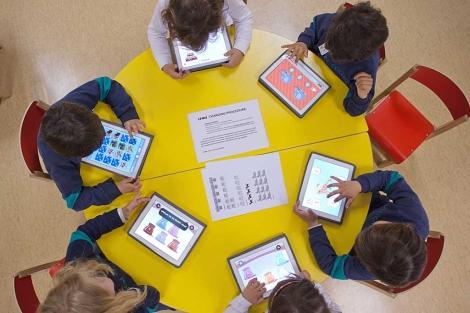 Niños de infantil y primaria hacen uso de las nuevas tecnologías en el colegio. | Vicent Bosch