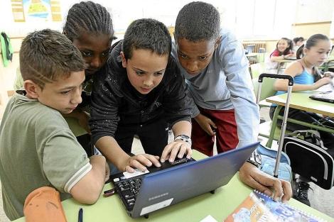 Alumnos de un colegio de Valladolid con uno de los portátiles. | J. M. Nieto