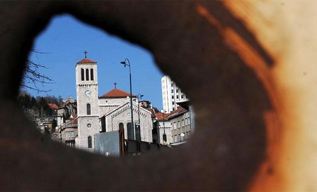 Vista de la plaza Marijin Dvor de Sarajevo desde un agujero en una trinchera.   Afp