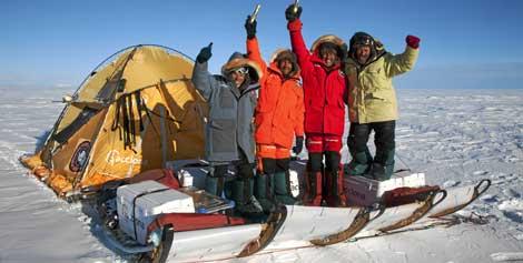 Los cuatro miembros del equipo celebrando su llegada al Polo Sur,  Javier Selva