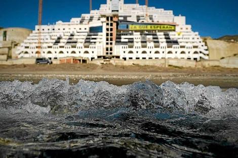 El hotel Albarrobico, modelo a evitar, según el ministro.
