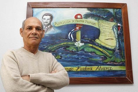 Orlando Fundora posa junto a un cuadro que pintó en prisión. | Sergio González